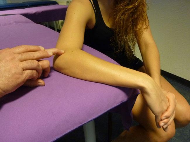 Repérage palpatoire + position de mise en tension des épicondyliens